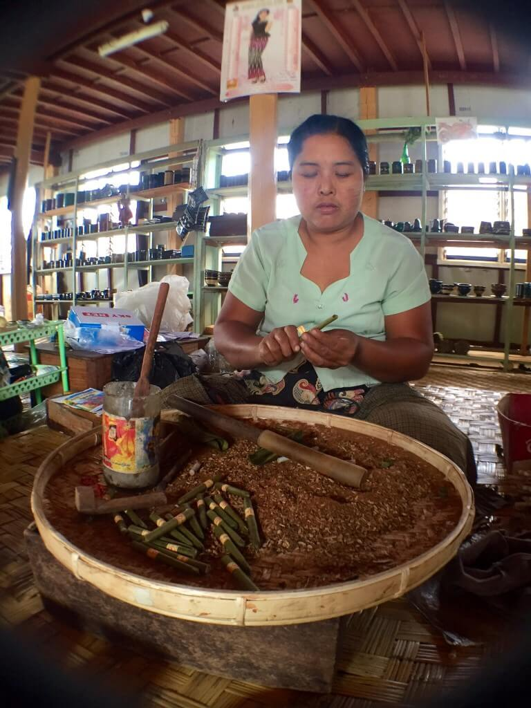 Výroba místních cigaret - vše je přírodní! List Cheroot, tabák, med, tamarind, hnědý cukr, rýžové víno, banánový list, ananas...