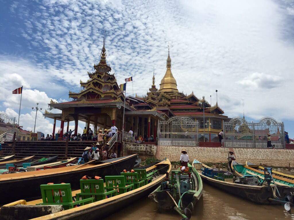 Phaung Daw Oo Paya - významný buddhistický chrám na jezeře.