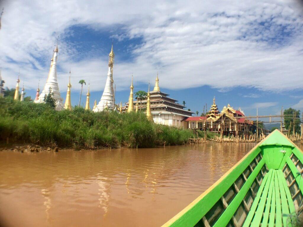 Projíždíme okolo nádherných chrámů...